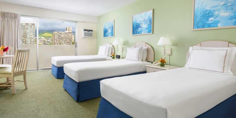 配有三张单人床的客房